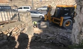 بالفيديو.. انسحاب سائق جرافة فلسطيني من عمله رفضا لجرف مقبرة بالقدس