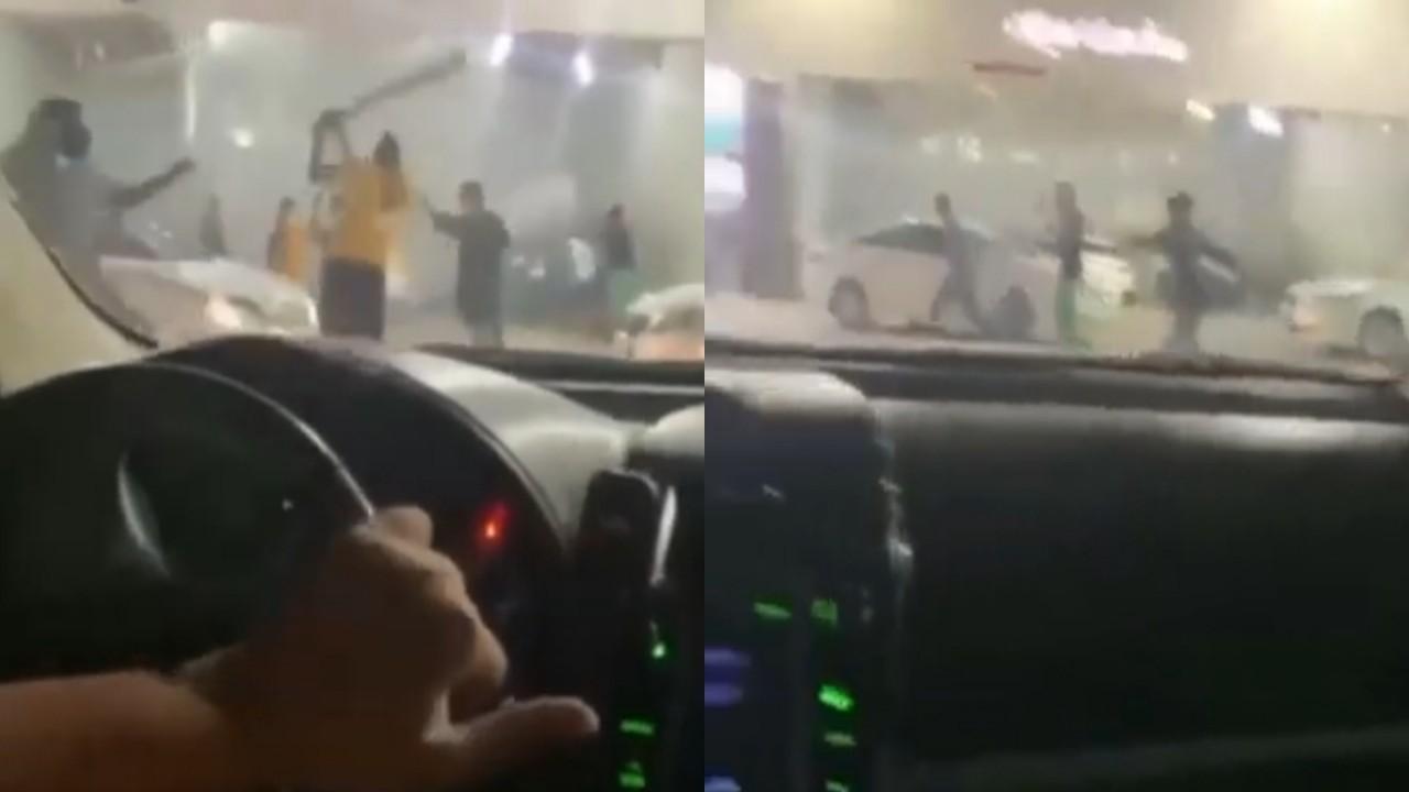 بالفيديو.. مشاجرة عنيفة بالعصي داخل محطة وقود