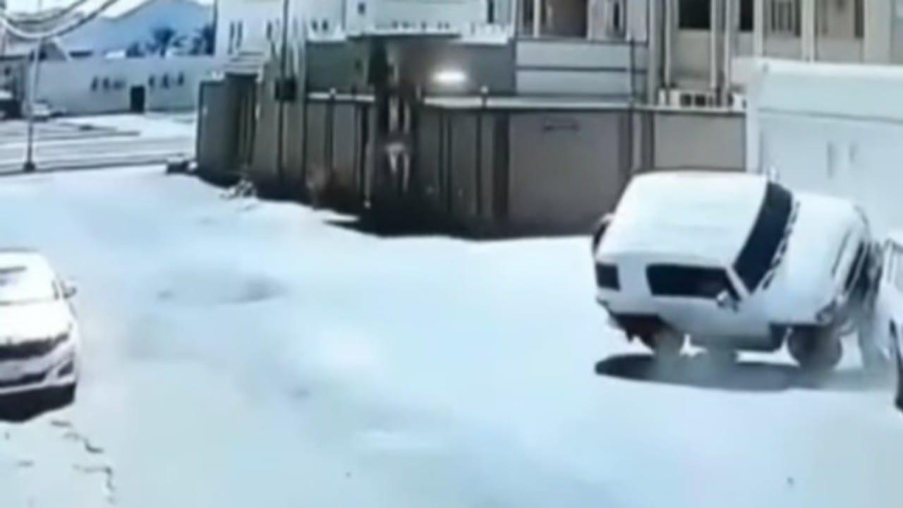 شاهد..حادث غريب بين سيارتين داخل أحد الأحياء السكنية