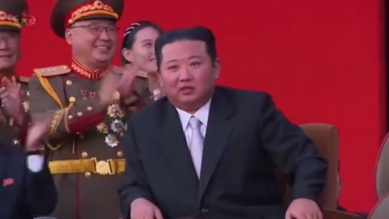 بالفيديو.. عرض عسكري عنيف بحضور زعيم كوريا الشمالية