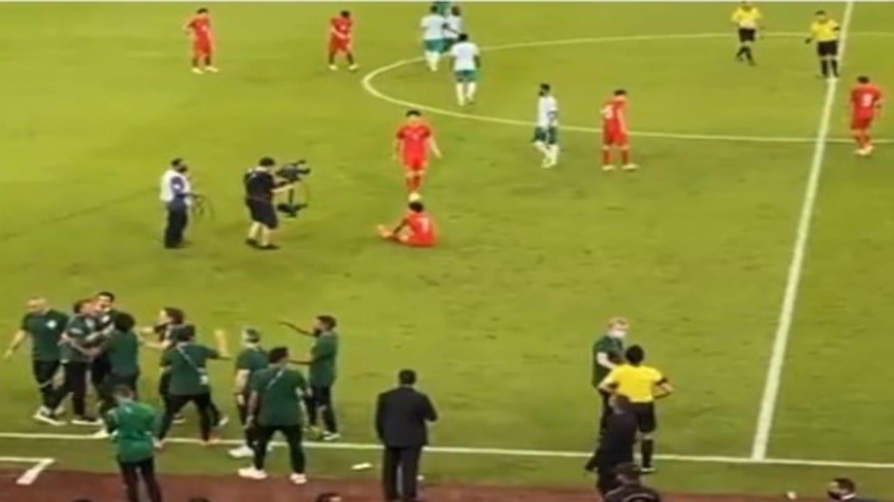 """شاهد.. غضب """"رينارد"""" تجاه حكم مباراة المنتخب السعودي بعد الصافرة"""