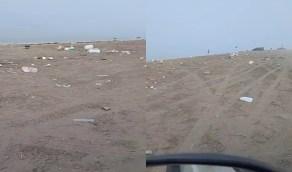 بالفيديو.. متنزهون يتركون مخلفاتهم على شاطئ بجدة