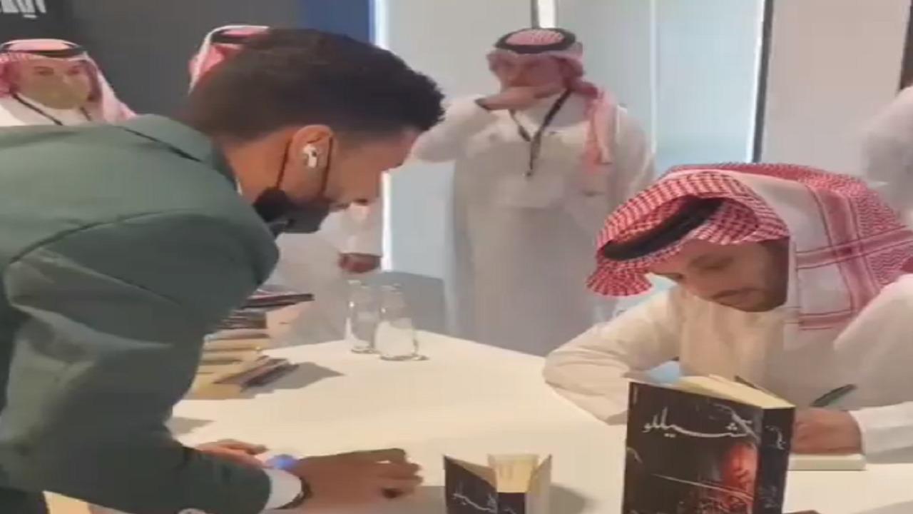 فيديو..ردة فعل تركي آل الشيخ تجاه خدعة سحرية لشاب خلال توقيع روايته