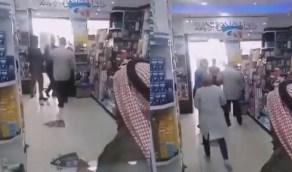 بالفيديو.. ردة فعل امرأة ضبطت زوجها برفقة فتاة داخل صيدلية