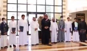 بالفيديو.. أمير عسير يزور طالبًا في فصله الدراسي بأبها