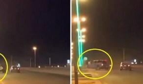 بالفيديو.. قائد مركبة يدهس 3 أشخاص أثناء التفحيط بالقويعية