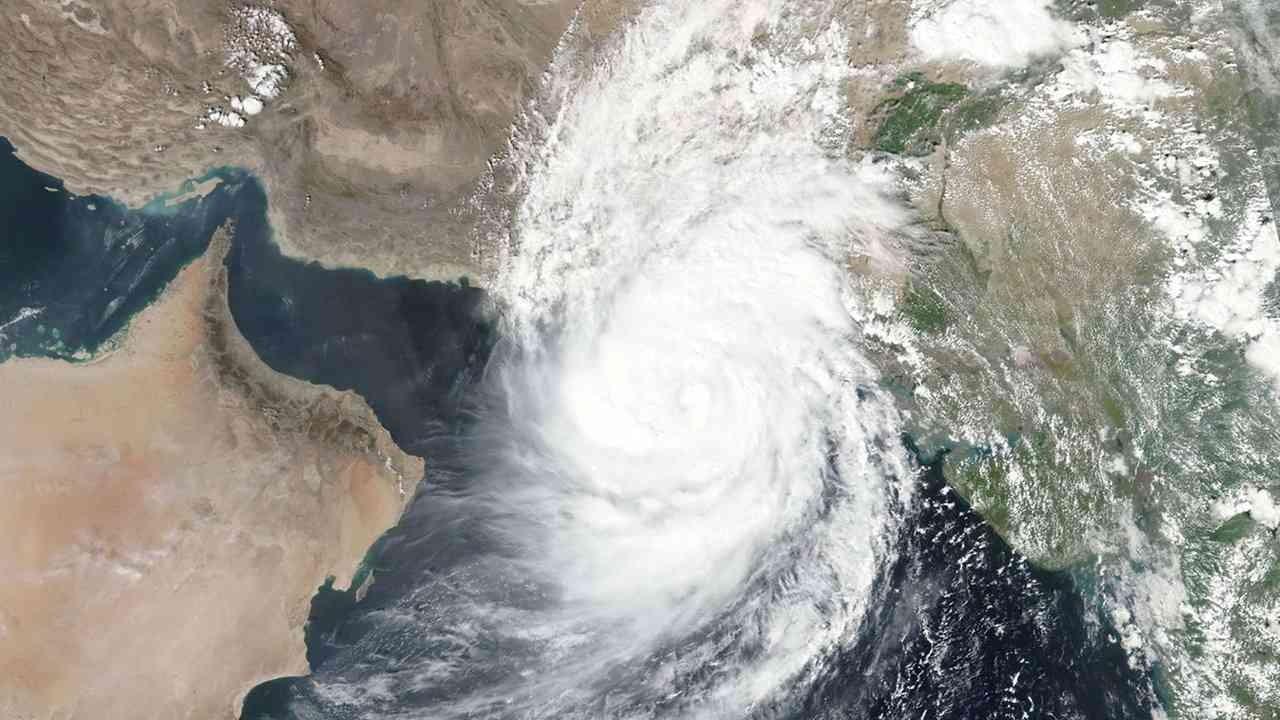 """السفارة في سلطنة عمان تحذر المواطنين من الإعصار """"شاهين"""""""