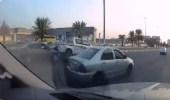 بالفيديو.. سائق يصدم سيارة من الخلف عدة مرات ويلوذ بالفرار