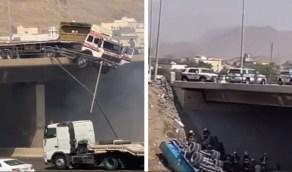"""بالفيديو.. تحطم سياج """"جسر بحرة"""" بعد ارتطام شاحنة به"""