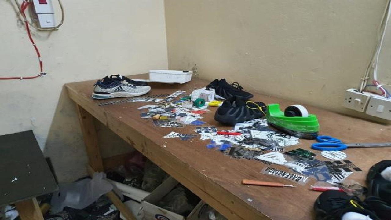 ضبط ومصادرة (23) ألف لاصق لتزوير ماركات الأحذية الرياضية بجدة