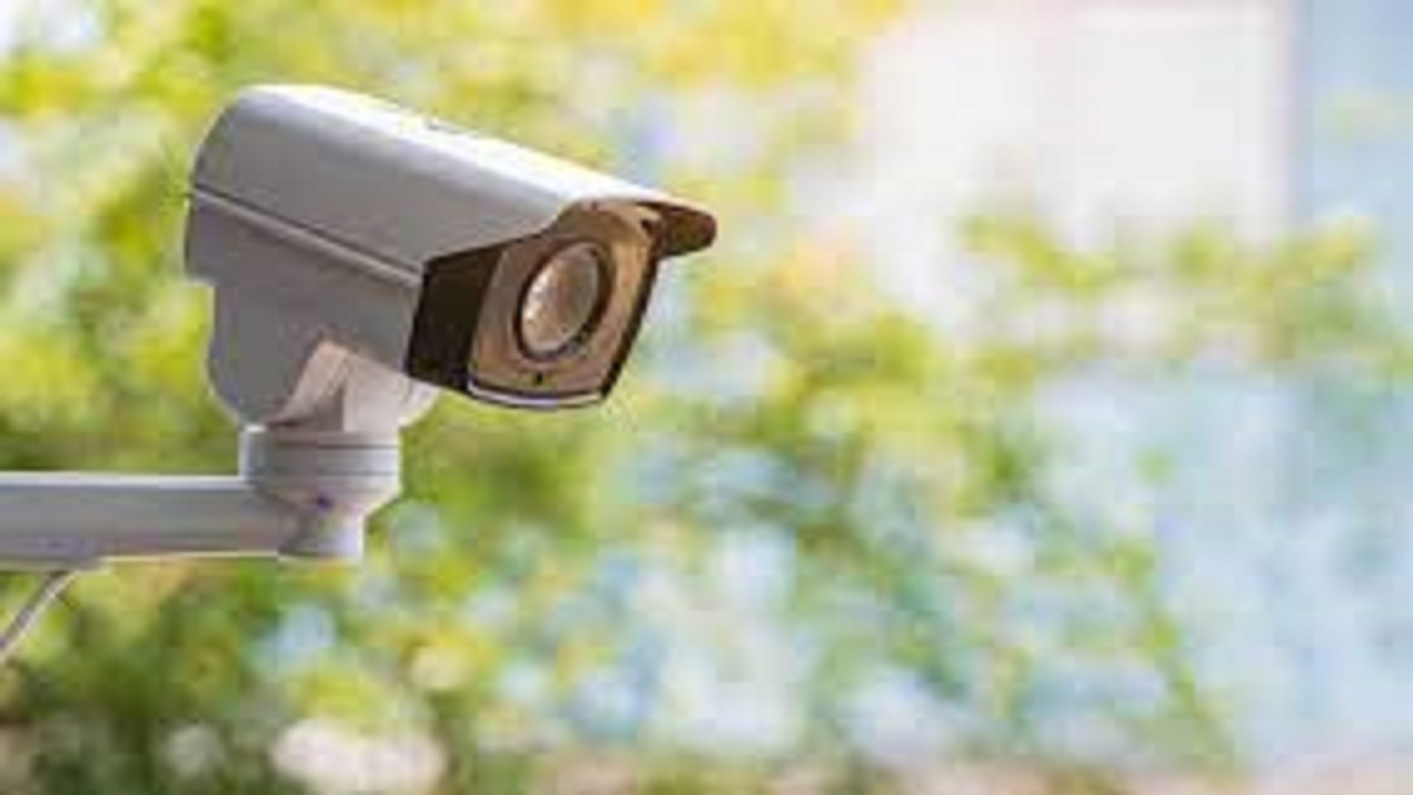 رجل يدفع غرامة باهظة بسبب كاميرا مراقبة