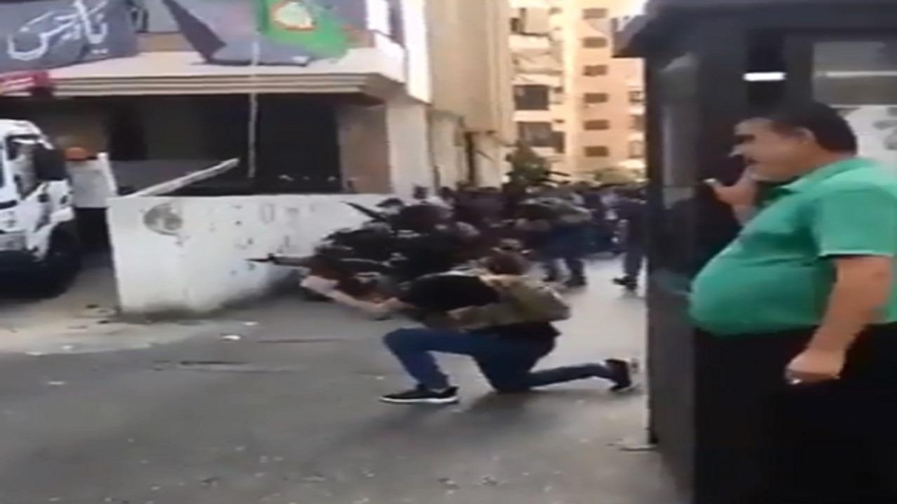 بالفيديو .. أحد عناصر حزب الله يمسك سيجارته ويوجه القناصين لقتل الأبرياء العزل