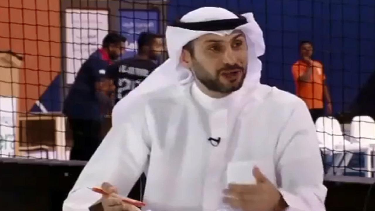 بالفيديو .. كرة تصطدم برأس محلل رياضي خلال بث مباشر