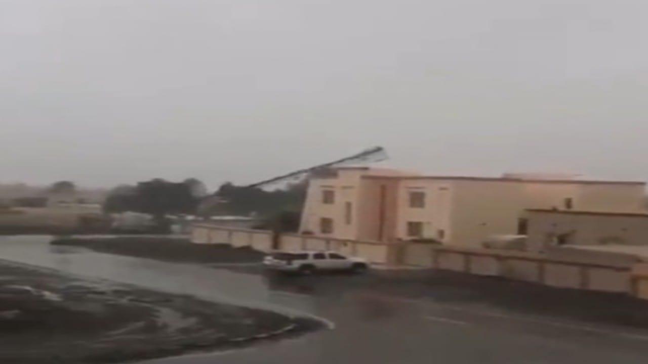 شاهد.. إعصار شاهين يُسقط برج اتصالات في عُمان