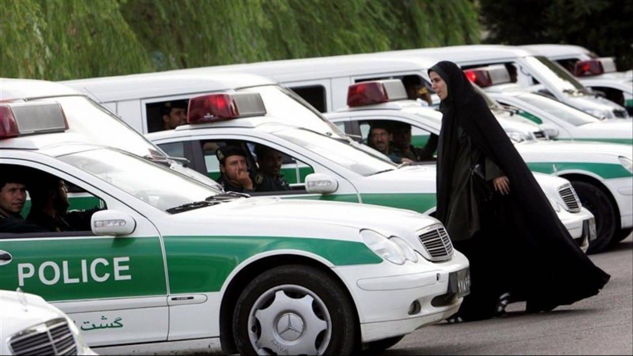 فتاة تتعرض للاعتداء بالضرب من قبل الأمن الإيراني