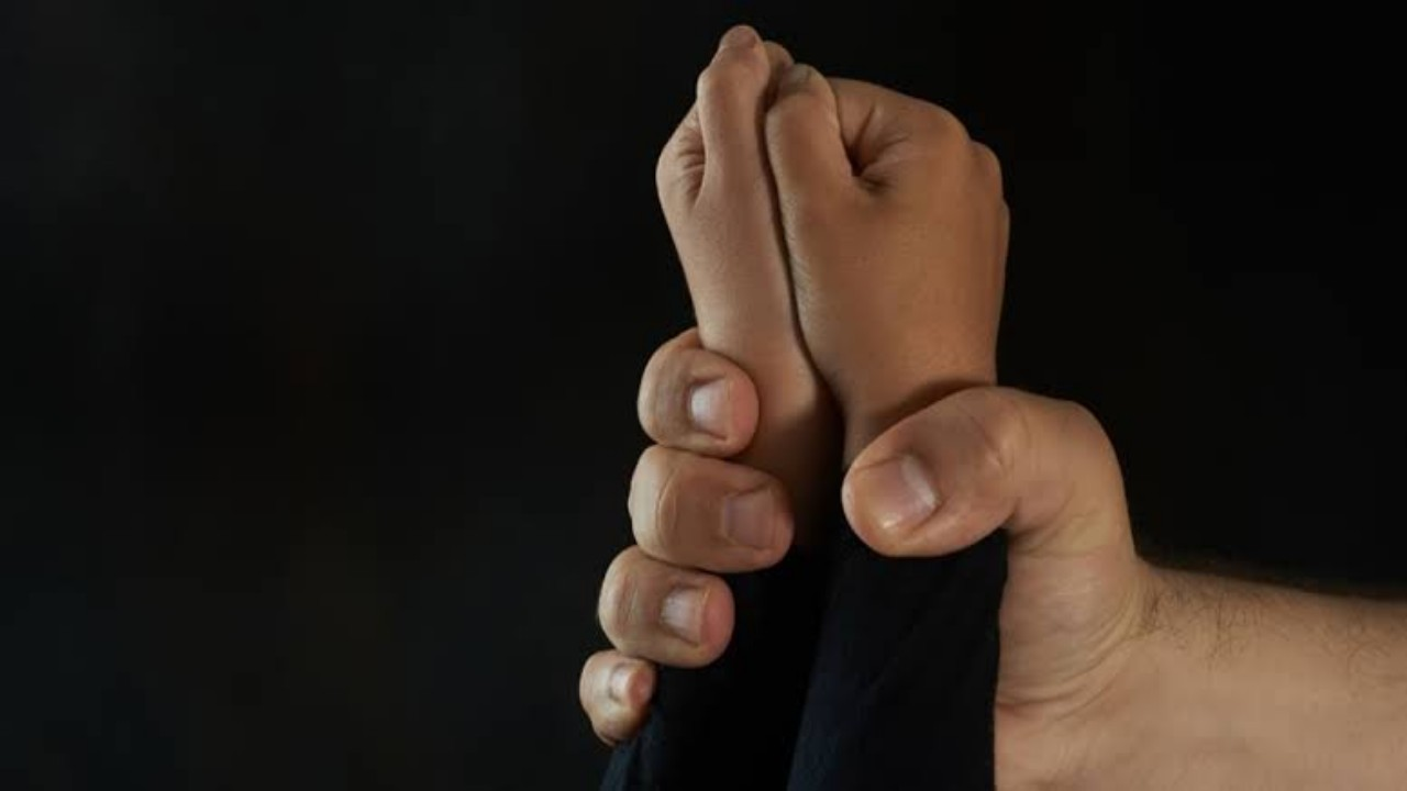 """""""العنف الأسري"""" يتفاعل مع واقعة تعنيف أب لابنتيه"""