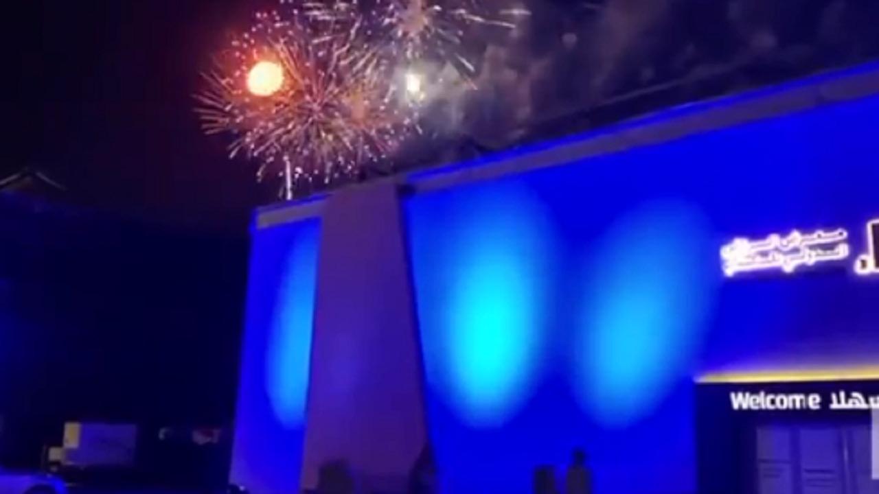 بالفيديو .. الألعاب النارية تزين ليلة ختام معرض الرياض الدولي للكتاب