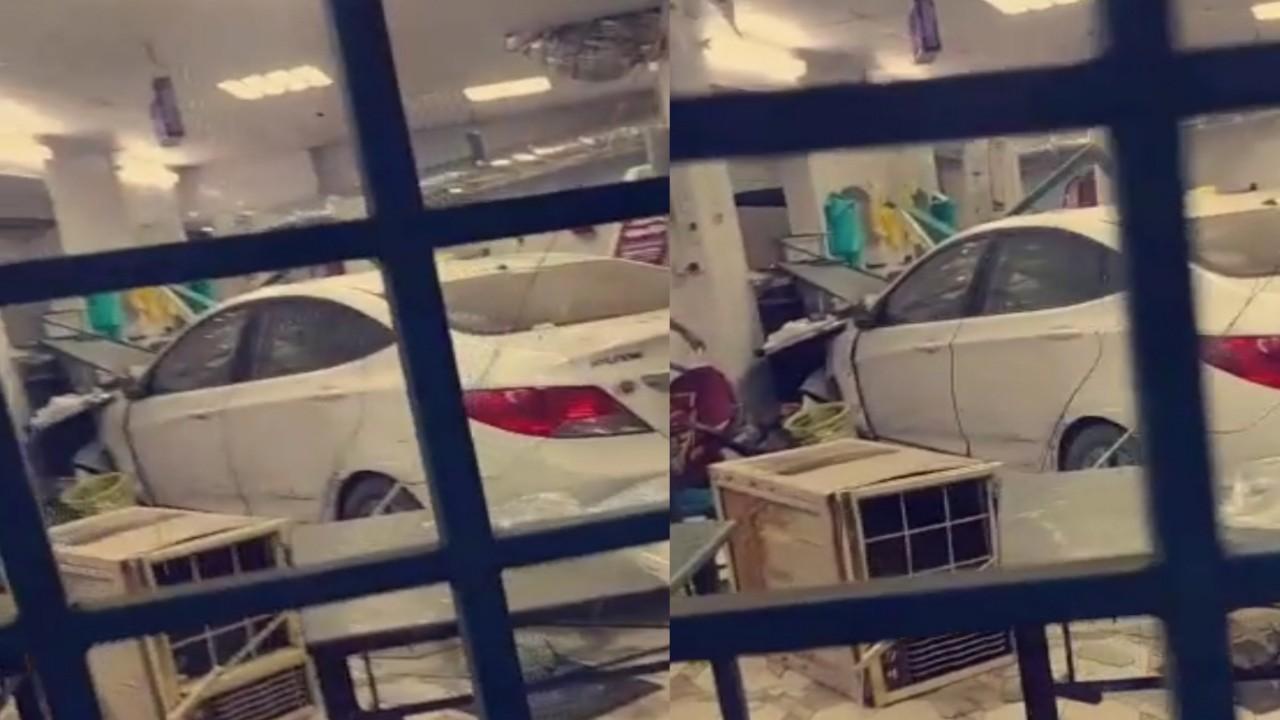 بالفيديو.. سيارة تقتحم مطعما بعد فقدان السيطرة عليها في جدة