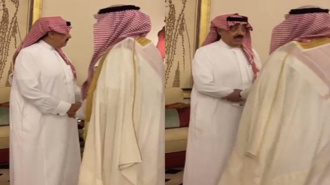 فيديو.. الأمير متعب بن عبد الله يستقبل المعزين في وفاة الأميرة هلا