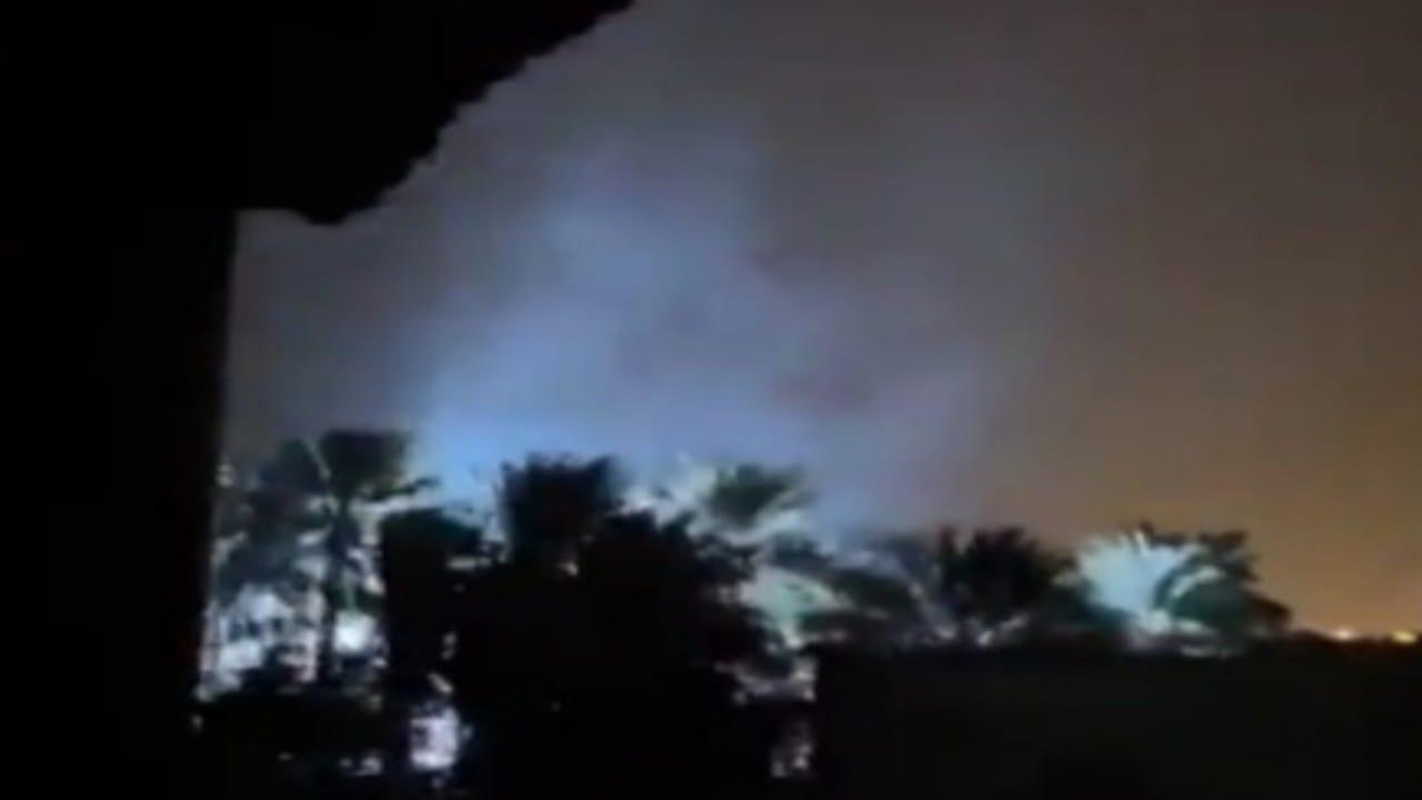 شاهد.. لحظة انفجار محول كهرباء في عمان بسبب إعصار شاهين