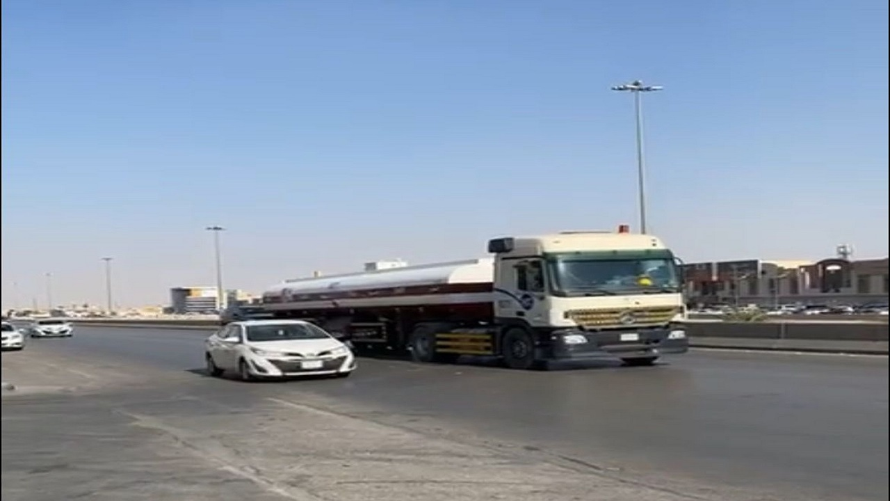 """""""المرور"""" يضبط قائد شاحنة عرض حياة الآخرين للخطر"""