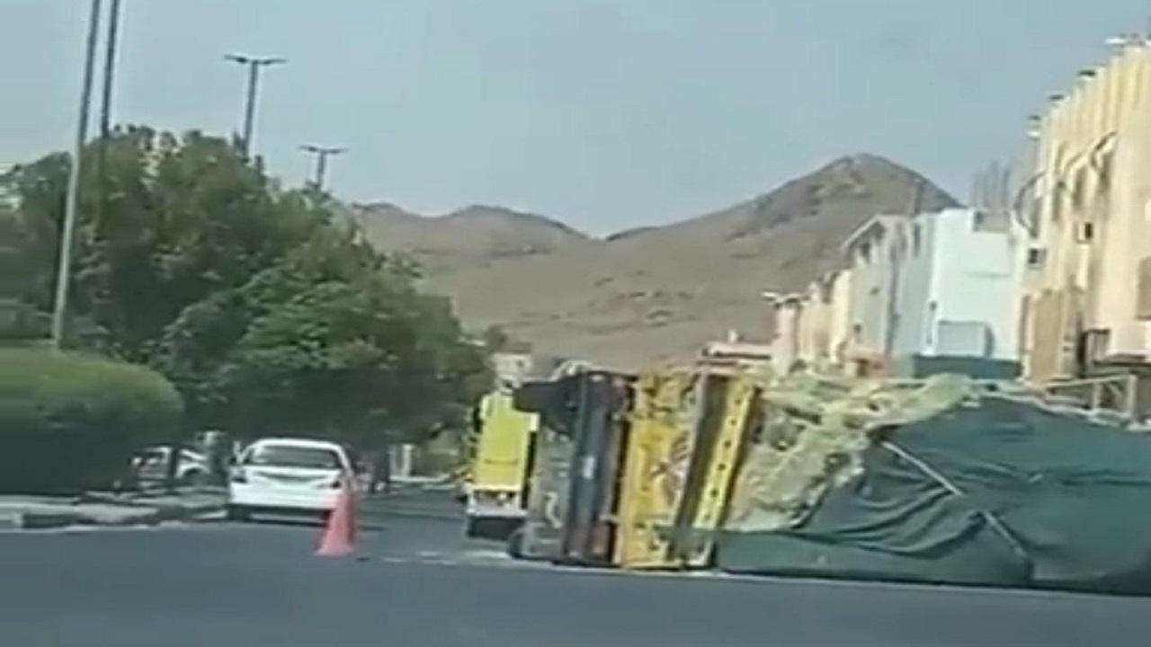 شاهد. انقلاب سيارة نقل محملة بالبضائع على طريق عام بالمدينة المنورة