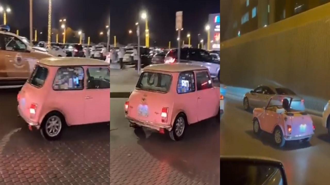 """فيديو.. فتاة تقود سيارة بحجم """"اللعبة"""" في شوارع الرياض"""