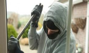 لص يوبخ أصحاب منزل لا يوجد به مقتنيات ثمينة لسرقتها!