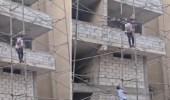 بالفيديو .. شاب يهدد بالانتحار من مكان مرتفع