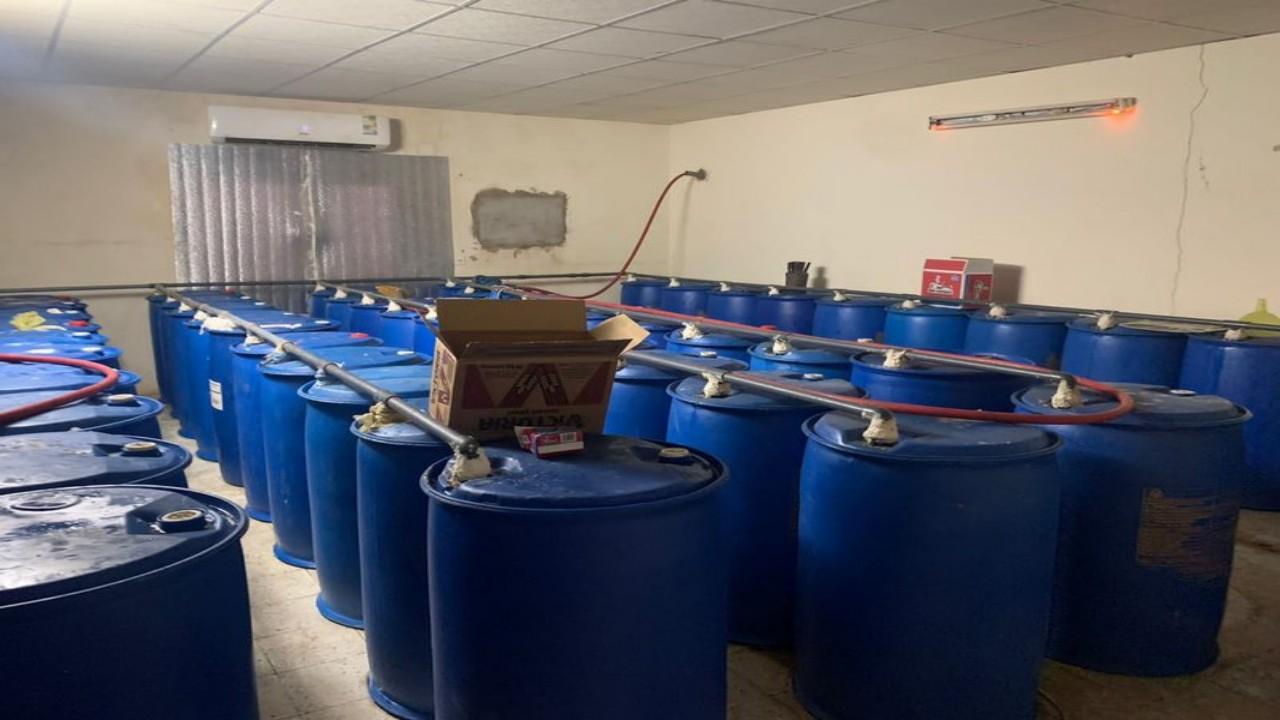 بالصور.. ضبط مصنعًا بداخله 100 برميلًا لتصنيع الخمر بمكة