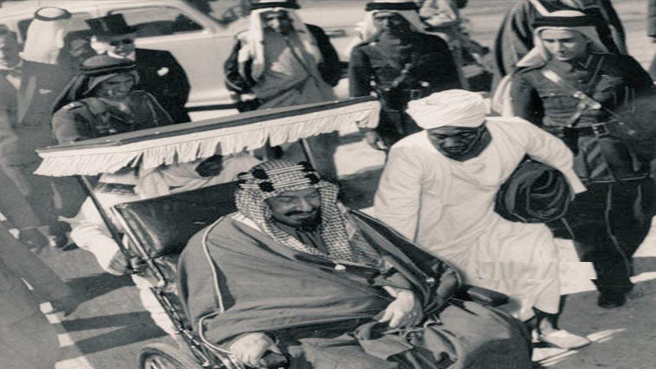 صورة نادرة للملك عبدالعزيز يستخدم كرسيا متحركا لمرة واحدة