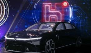 فوكسكون تطرح أول نماذجها لسيارتين كهربائيتين