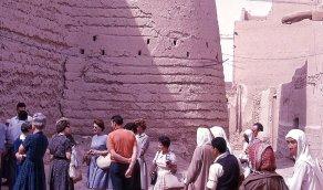 مجموعة من السياح عند أسوار قصر المصمك بالرياض 1963