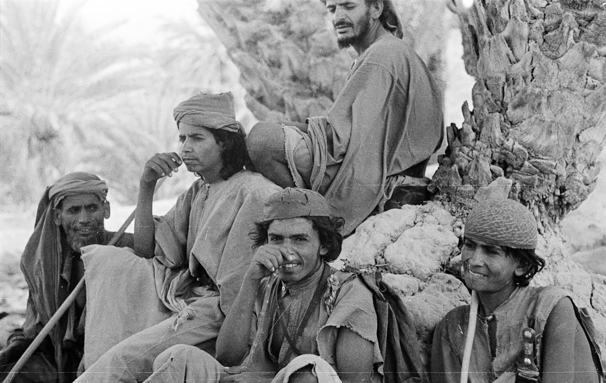 صورة لطيفة لمجموعة من الشباب بنجران قبل 75 عام