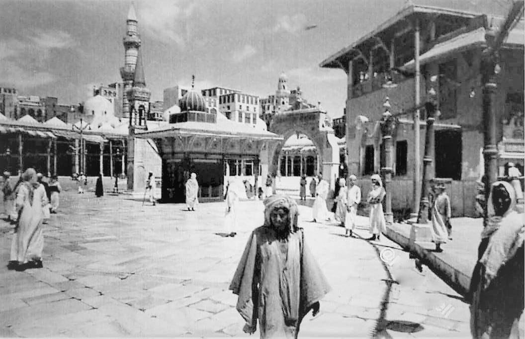 صورة نادرة للحرم المكي تظهر المطاف ومبنى بئر زمزم قبل 77 عام