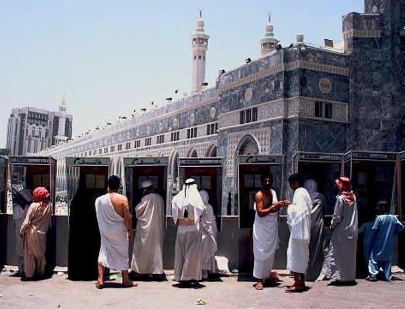 كبائن اتصال هاتفية بالقرب من المسجد الحرام