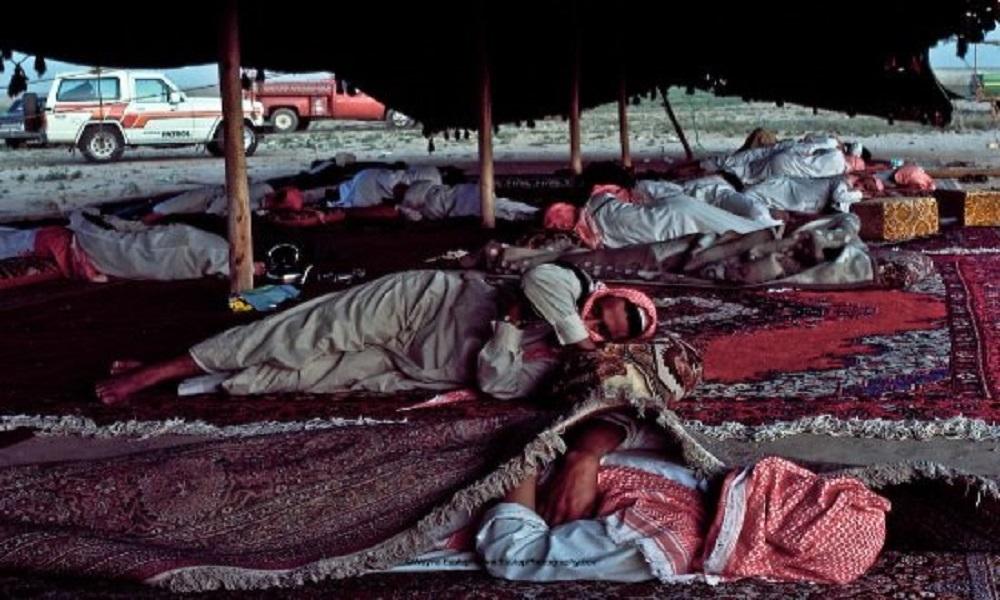 نوم عميق بعد مناسبة زواج بصحراء الدهناء قبل 40 عام