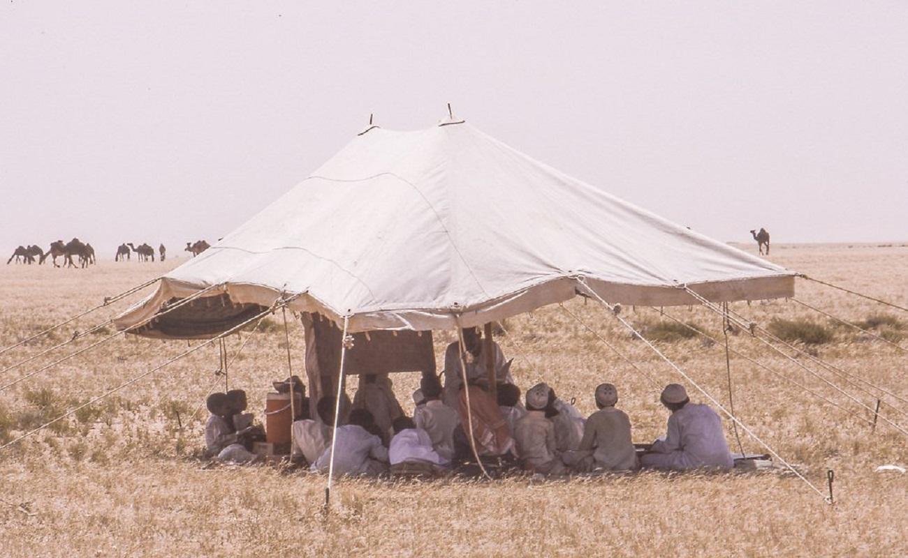 أطفال يدرسون في مدرستهم الصحراوية قبل 40 عام