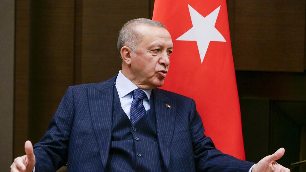 بالفيديو.. علامات المرض تظهر على أردوغان أثناء حضور إحدى المناسبات