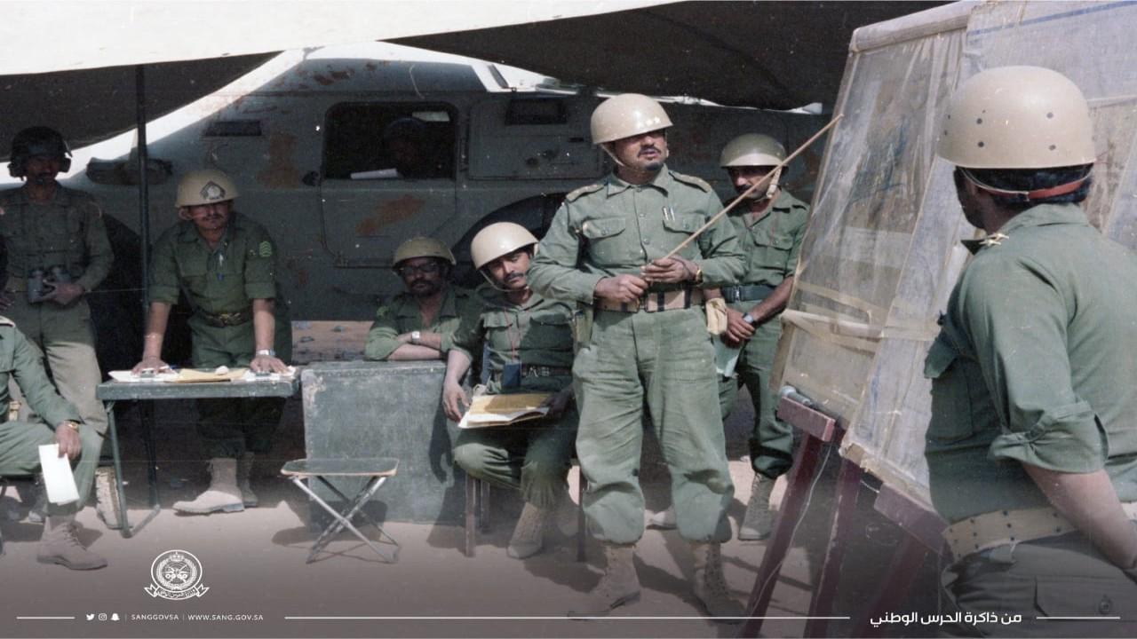 صورة نادرة لضابط بالحرس الوطني يوضح مهام تمرين صقر الجزيرة بالهفوف قبل 42 عام