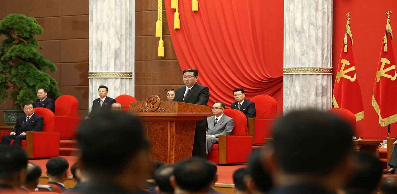 زعيم كوريا الشمالية يفاجئ حزبه الحاكم بإطلاله غير متوقعة