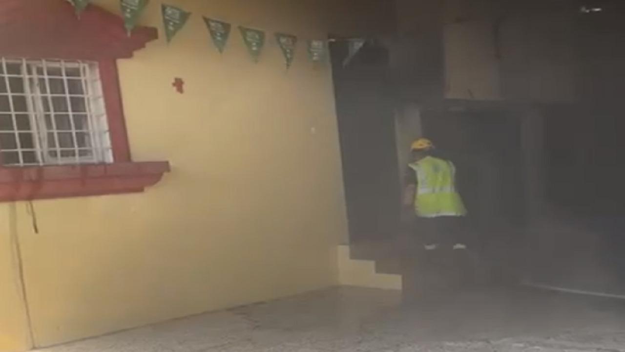 شاهد.. اندلاع حريق بمدرسة ابتدائية في عسير