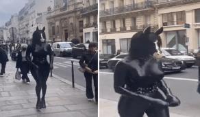 بالفيديو.. امرأة ترتدي ملابس على شكل مجسم حصان تثير جدلاً واسعاً