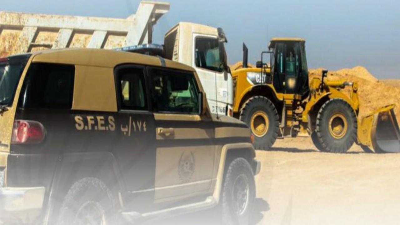 ضبط مخالفَين لنظام البيئة يقومان بنقل الرمال وتجريف التربة في تبوك