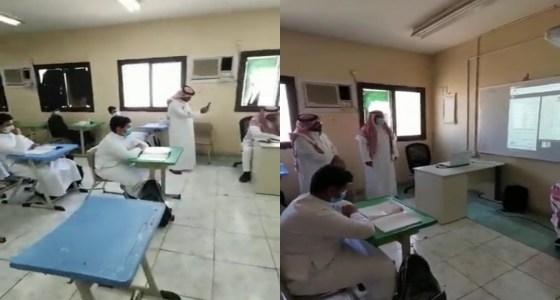 بالفيديو.. معلم يؤدي حصصه لطلابه رغم إجراءه عملية جراحية بجدة