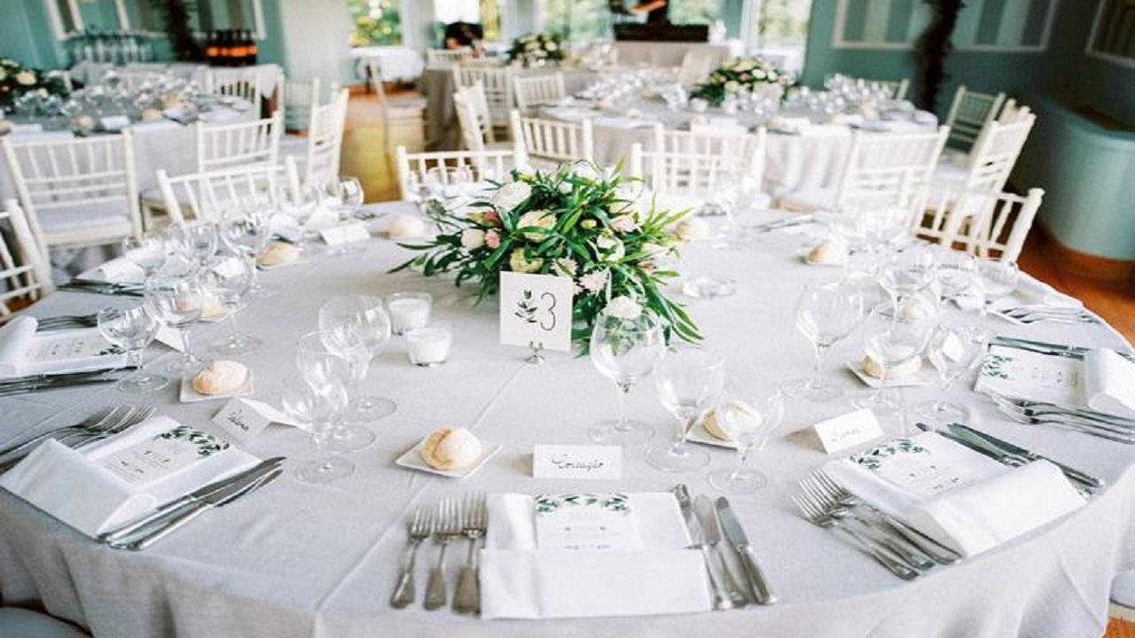 عروسان يزرعان أجهزة تنصت أسفل طاولات الزفاف!