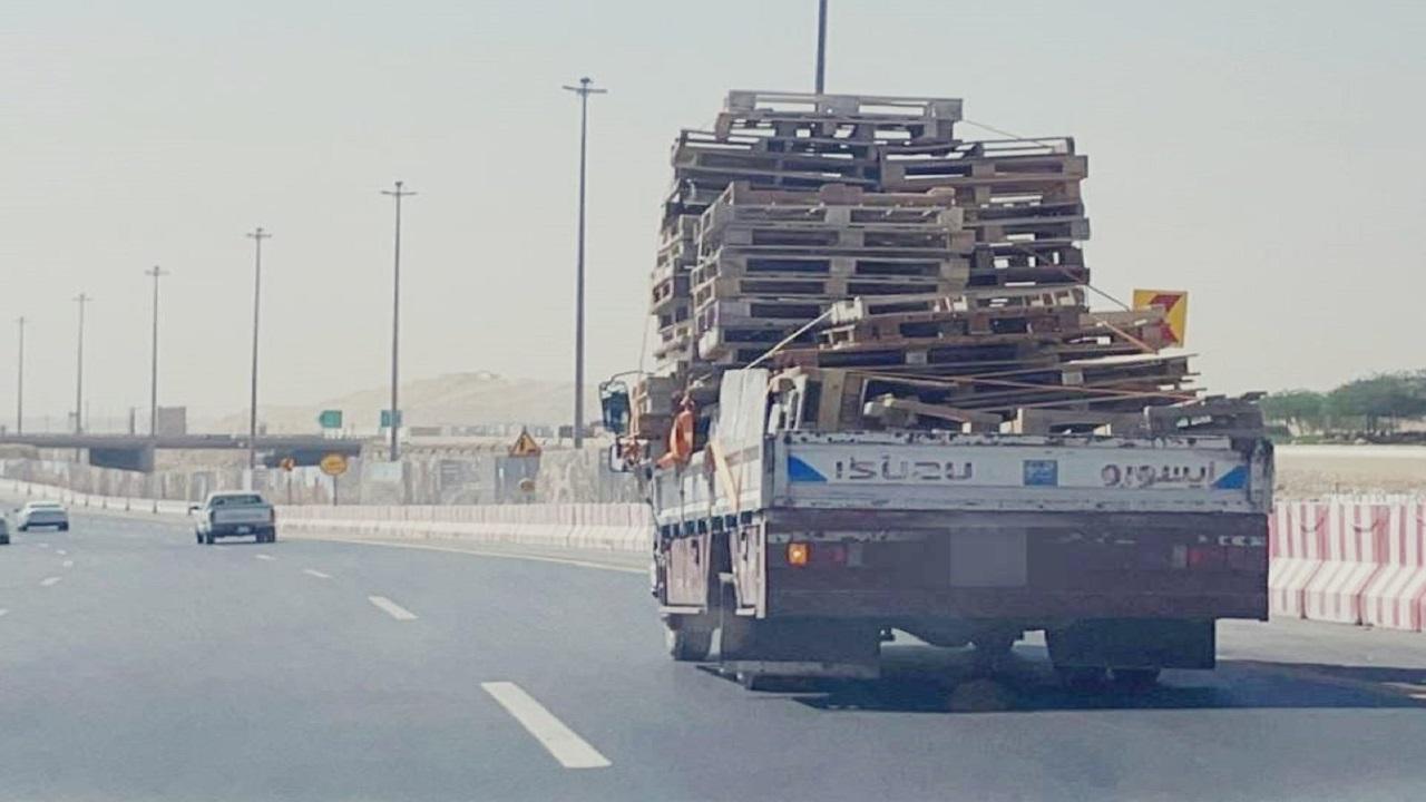 بالفيديو والصور.. شاحنة محملة بكميات هائلة من الأخشاب بالرياض