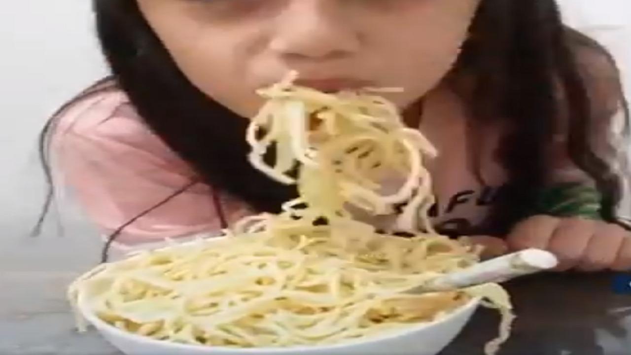 """بالفيديو.. استشارية تغذية تُحذر من تحدي """" الأكل الحار """""""