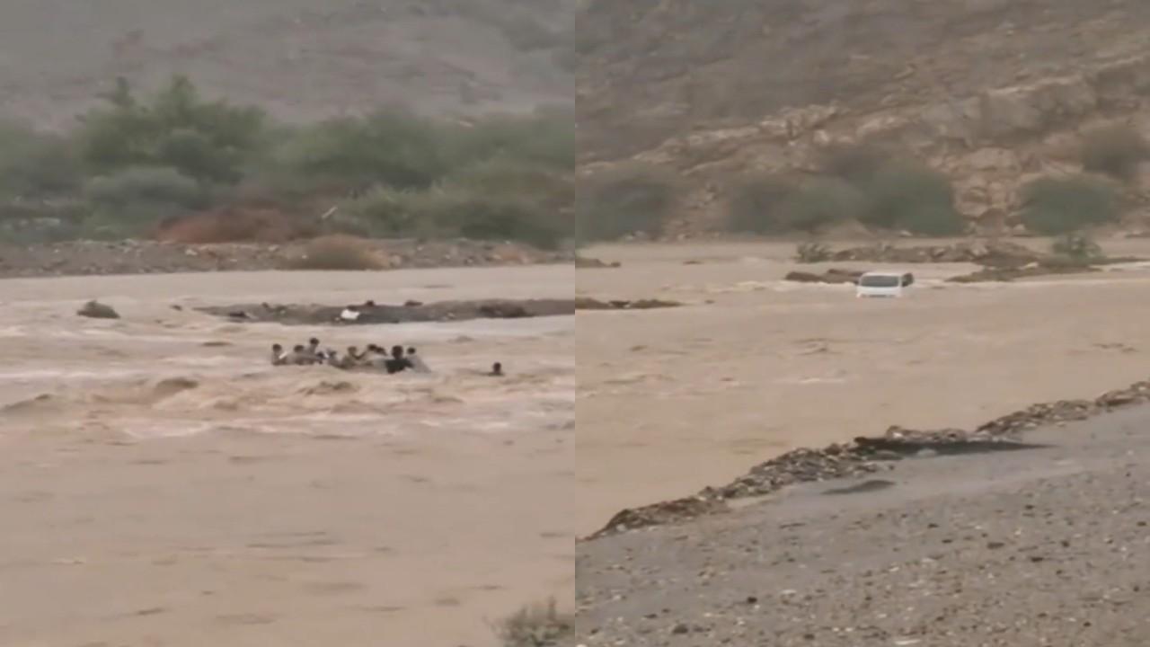 بالفيديو.. لحظة انجراف مركبة ومجموعة أشخاص بشكل صادم بسبب إعصار شاهين بعمان