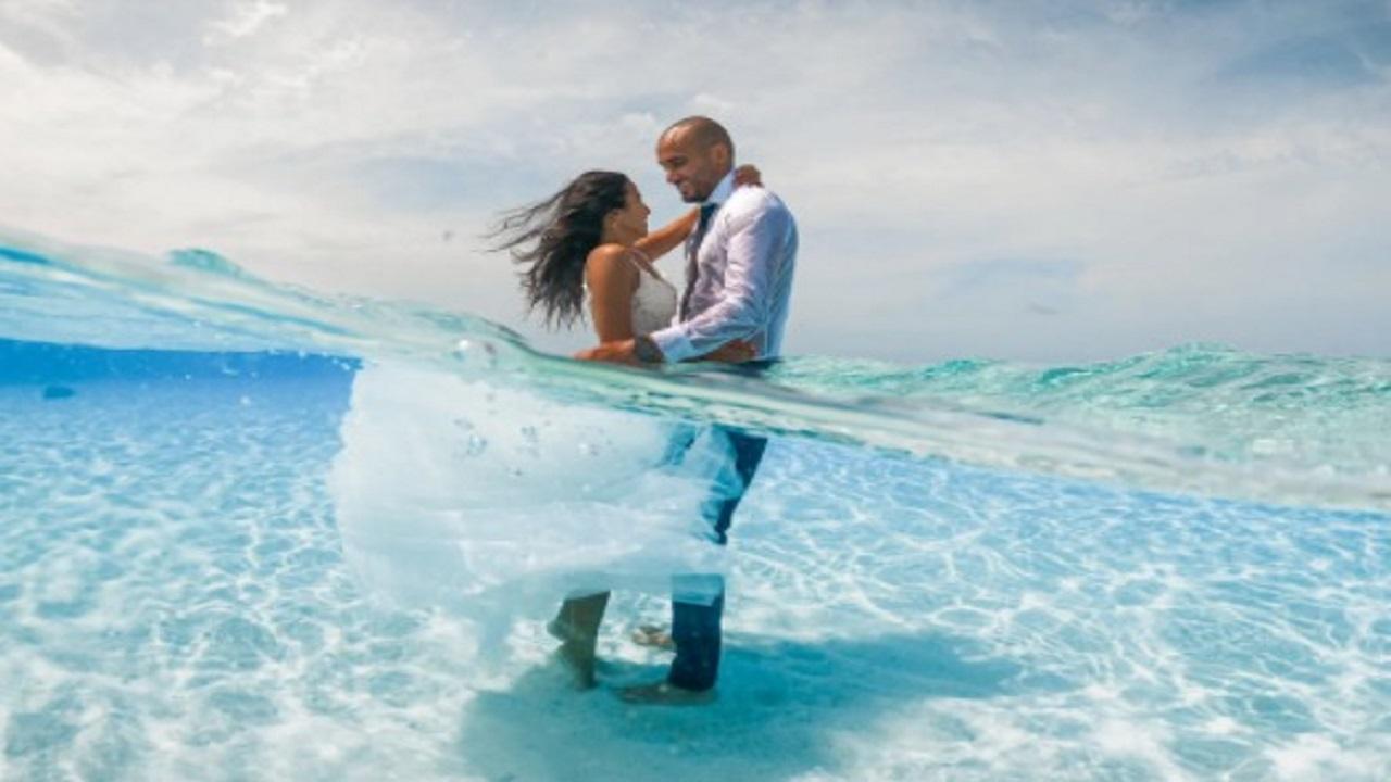 بالصور.. عروسان يحتفلان بزفافهما تحت الماء